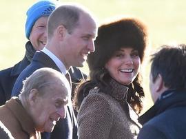 凯特王妃去教堂做礼拜 威廉和老公公小心护驾