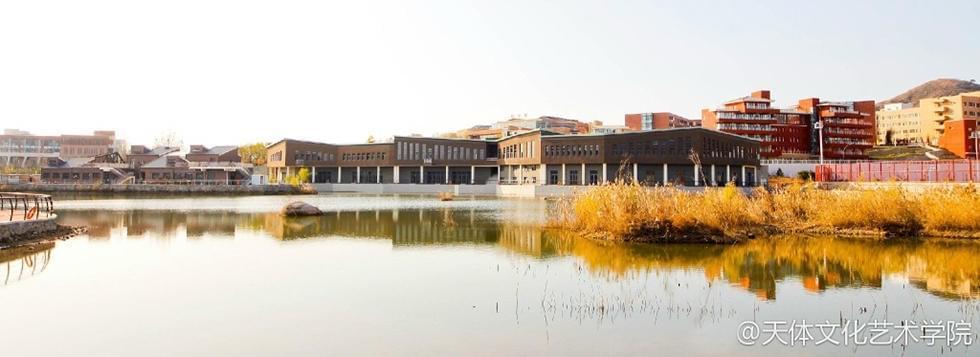 别人家的大学!图书馆建在水上  內景也超美