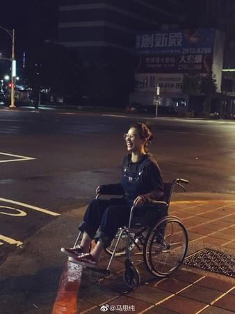 """影后马思纯坐轮椅!自嘲""""小瘸腿""""夜游台北"""