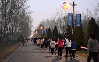 山西师大学雷锋小组办荧光夜跑活动助力绿色环保