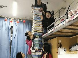 郑州大学医学生晒专业课程书 比床都高