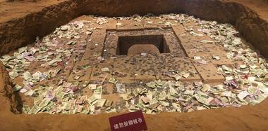雷峰塔地宫模型盛满钱币 工作人员:防不胜防