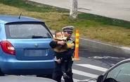 女子被撞交警抱娃指挥交通