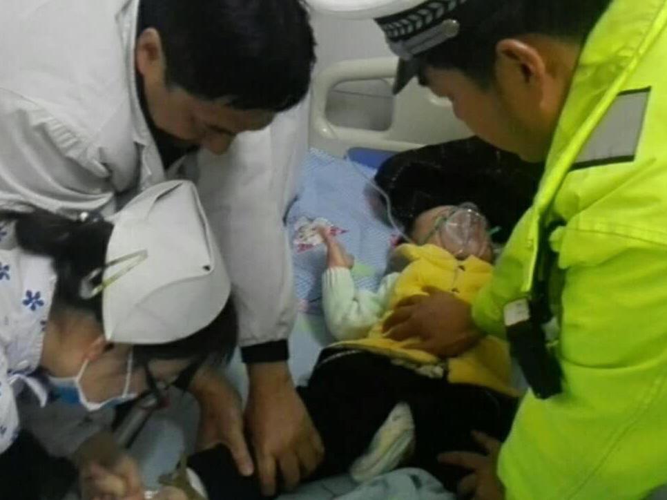 荆州1岁小伢生病昏迷 交警护送就医