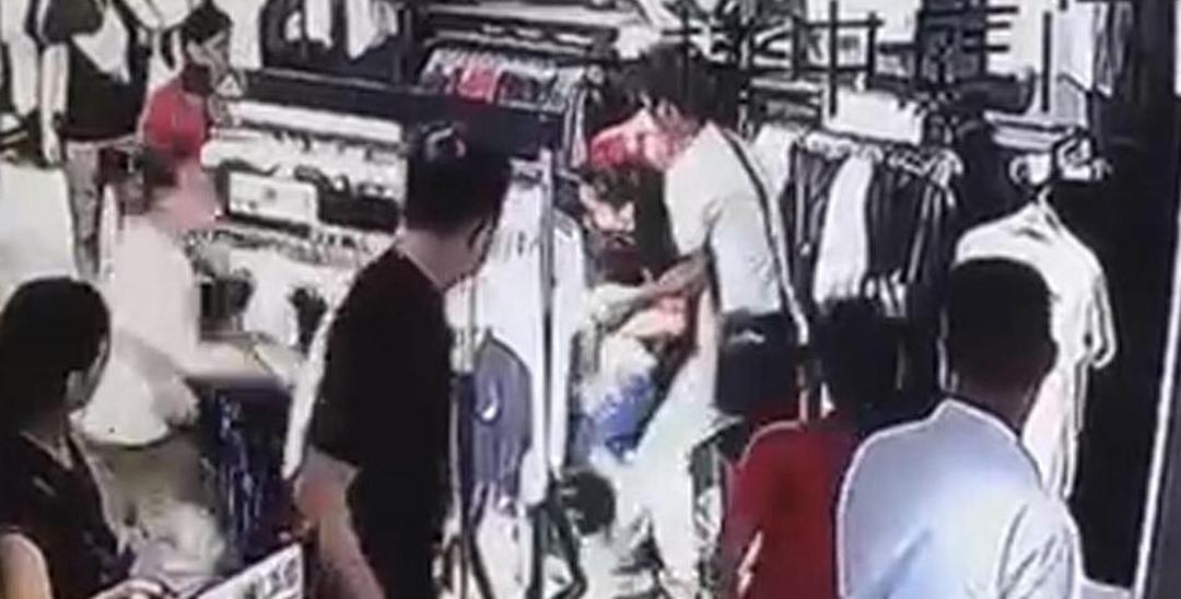 广州男子见女子像意中人强抱她和她女儿