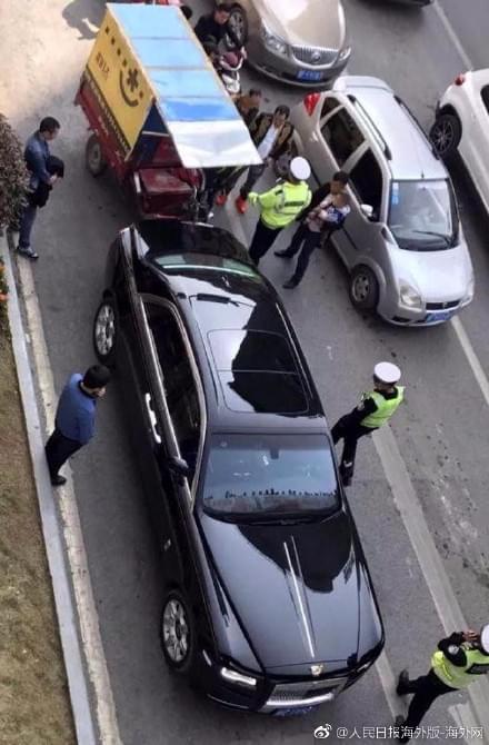 今日之声11月17日:女主播交通事故现场比V微笑合影被解聘