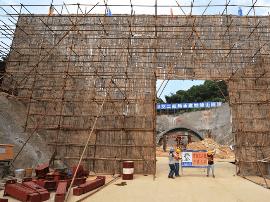 妙峰山隧道进洞爆破施工 设6个观测点保民房安全