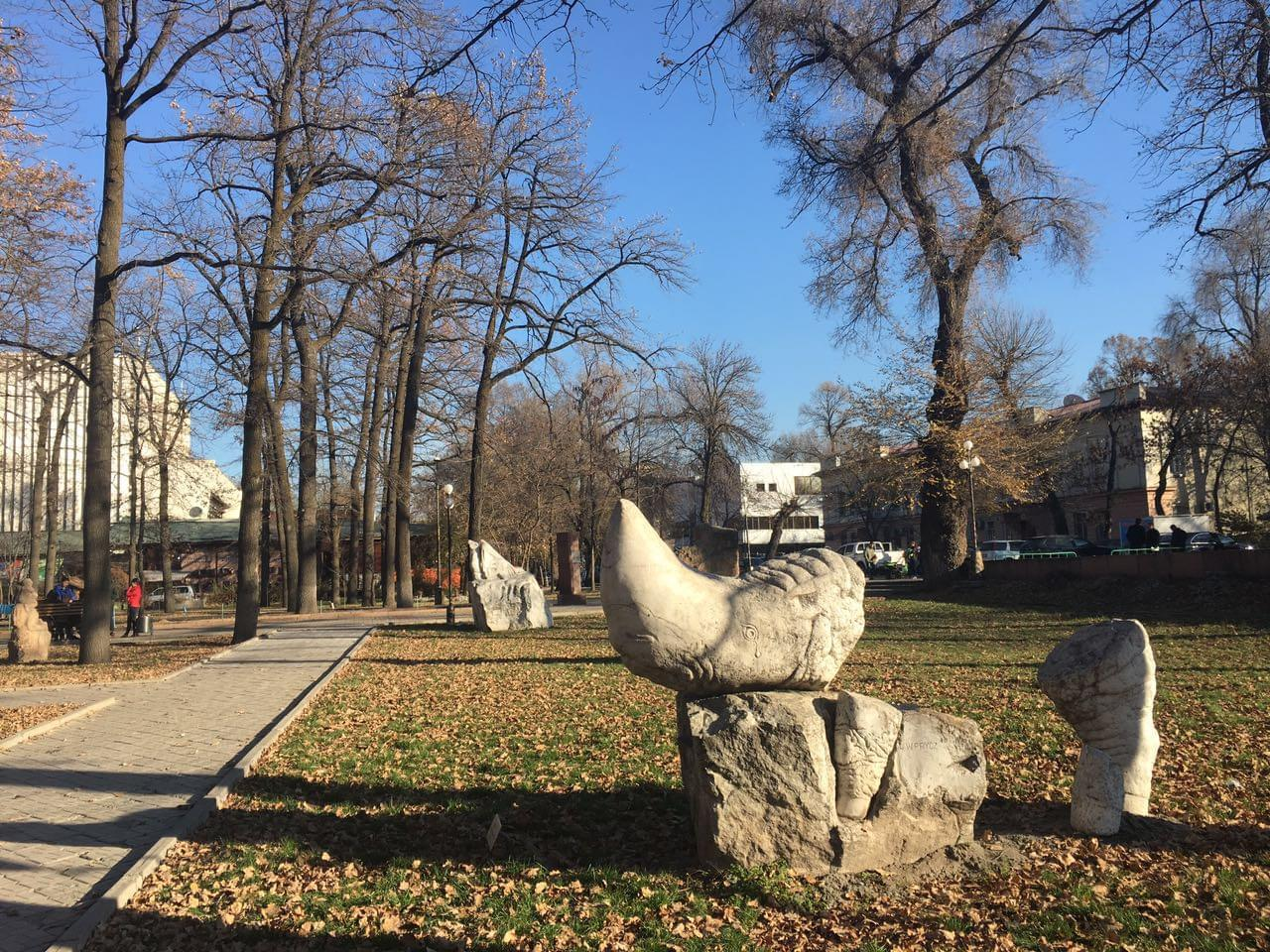 比什凯克市中心,全苏联统一风格的公园