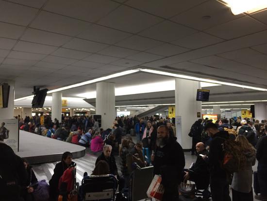 网友@w西s南也表示,目前行李还在飞机上,乘客正围在国航问询处问行李