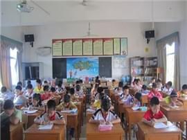 南昌黄马中心小学被指违规卖书 许多家长要求退书