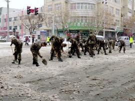 为保障市民出行 驻卢部队官兵扫雪除冰保畅通