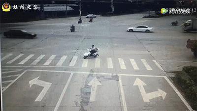 电动车闯红灯被撞!交警的判罚群众们看了都说好!