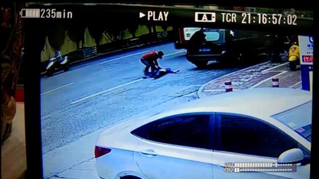 南宁一男子突然冲向公交车底 头部遭碾压身亡