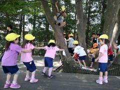 日幼儿园员工被爆虐童 脱裤子戏弄当马骑还拍视频