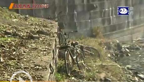 护城河内惊现共享单车 社区组织人员打捞清理