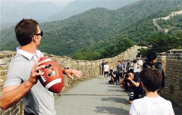 NFL巨星布雷迪长城留影