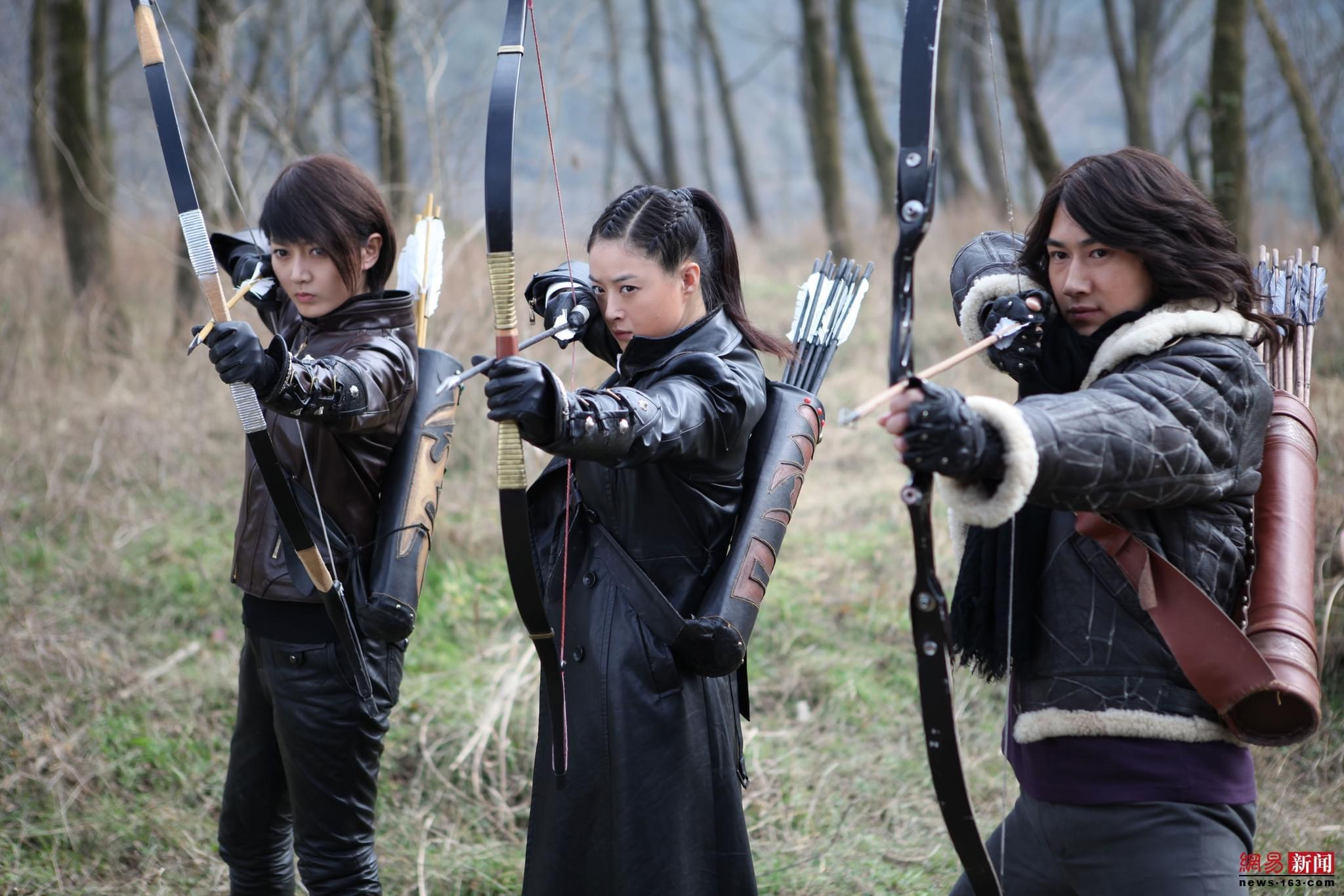 《箭在弦上》剧照,以蒋欣为首的神箭手们正在用弓箭对抗日军。/视觉中国