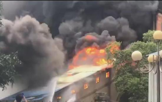 浓烟滚滚!广西南宁一仓库突发大火 消防已到达现场