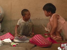 永城两个五六岁的孩子无人照料 渴望有个家能上学