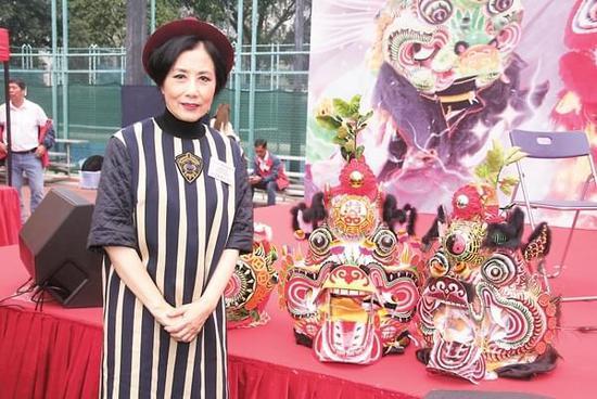 汪明荃出席典礼与大众留影 透露曾做40盒萝卜糕给亲友享用