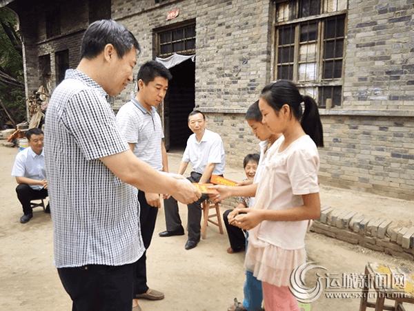 运城市发改委携手爱心企业为夏县贫困学子送去6000元