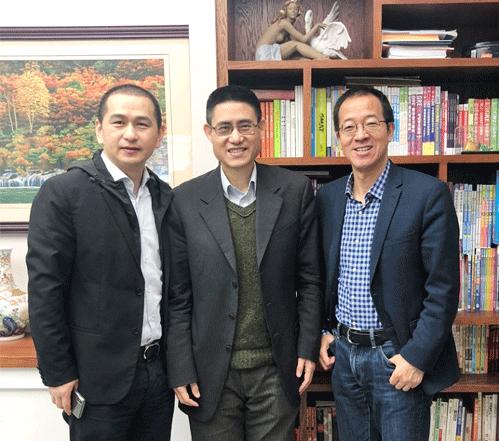 新东方教育科技集团董事长俞敏洪(右)、副总裁徐健(左)与美国Big Learning项目教授Oliver Wu(中)