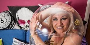英国女子将身体塞进61厘米高罐子