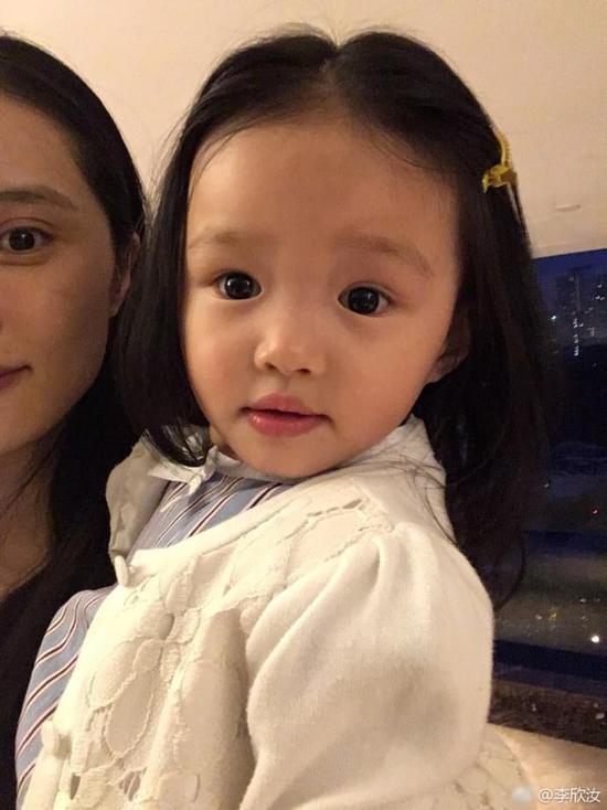 她还晒出了自己两个萌娃的照片,姐姐大大的眼睛和妈妈很像,妹妹肉嘟嘟