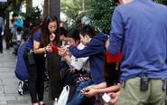 日本果粉排队买新款iPhone