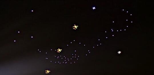 改写吉尼斯国际纪录 李云迪与101架无人机共舞