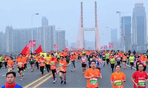 红领巾飘扬英雄城 首届南昌国际马拉松激情开跑