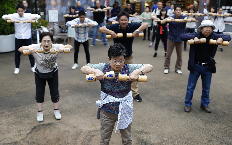 2016年9月19日,日本东京,老人锻炼身体。/视觉中国