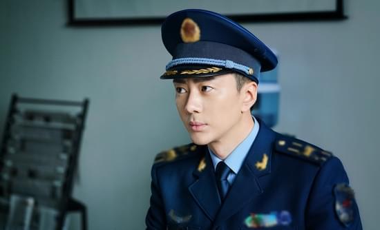 王浩钧加盟《飞行少年》 军装帅气追逐蓝天梦