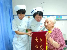 佛山101岁婆婆压疮痊愈出院 为医院送锦旗