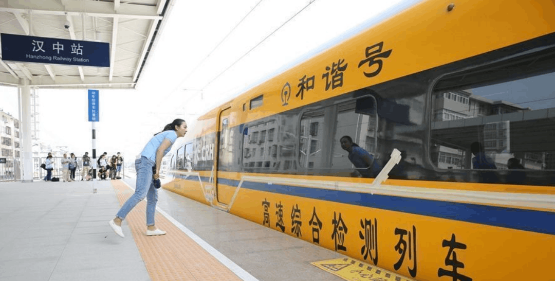 """乘西成高铁""""黄医生"""" 84分钟到汉中"""