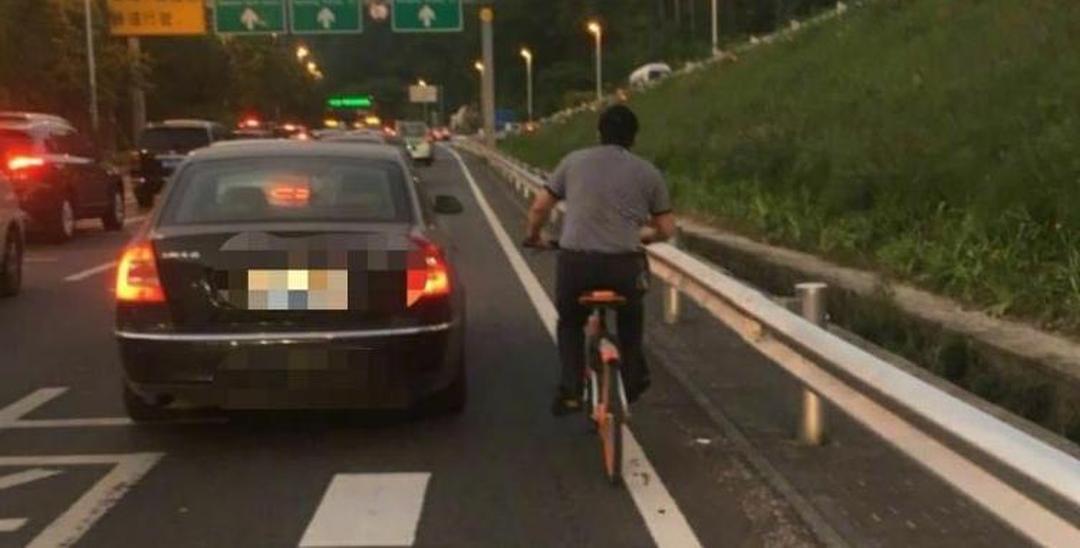 男子骑单车回龙华 半路被交警送上公交