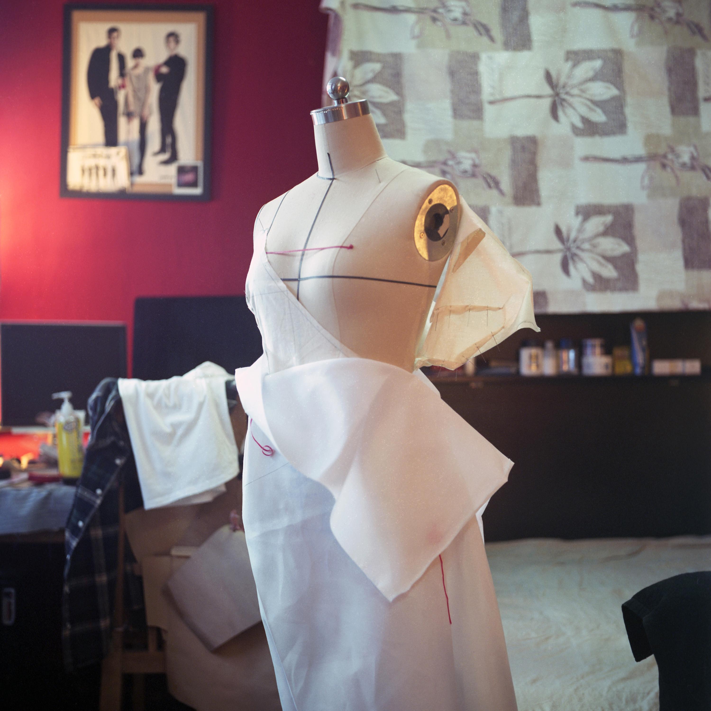 王洋在做衣服设计  李伟供图
