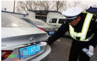 洪湖交警大队五中队查处一起伪造车辆号牌违法行为