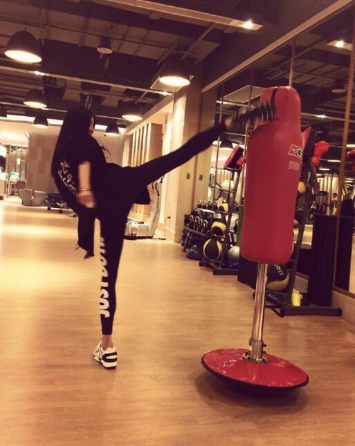 李颖芝强势归来魔性健身视频秒变画风