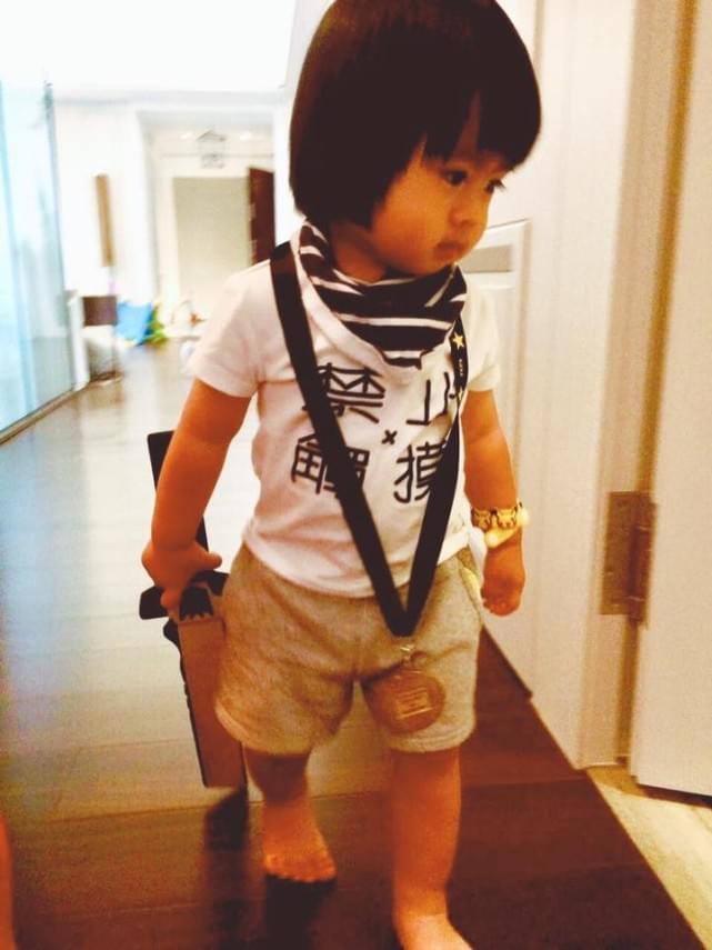萌化了!林志颖再晒萌娃 Kimi将弟弟扮成勇士
