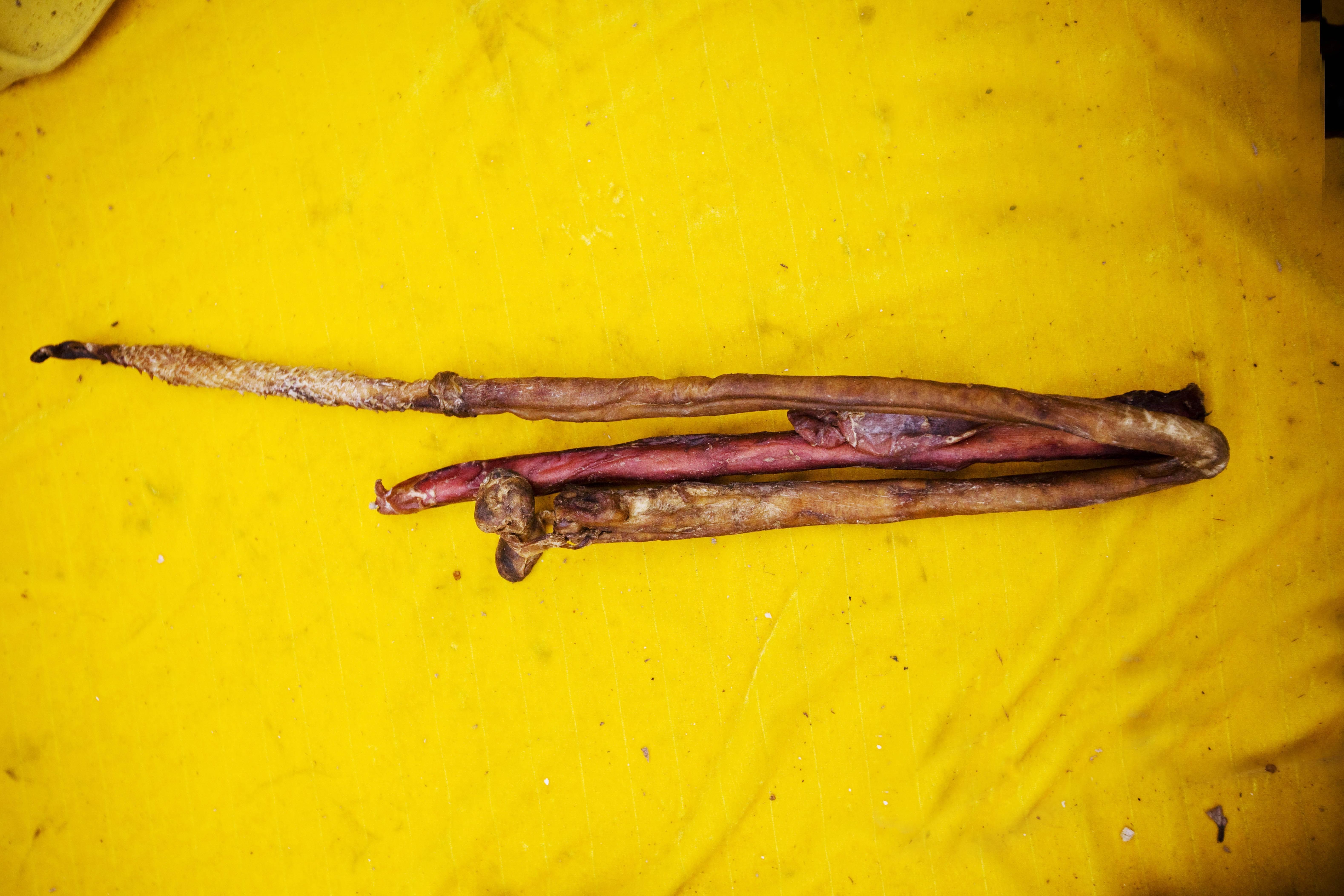 虎鞭在清平市场出售,这被认为是一味滋补壮阳的名贵中药材。 /CFP