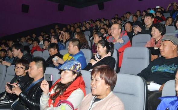 举家看电影成为春节新娱乐方式 荆州各大影院爆满