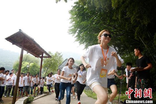 台湾学生参加拓展训练(资料图)。中新社发 唐哲威 摄