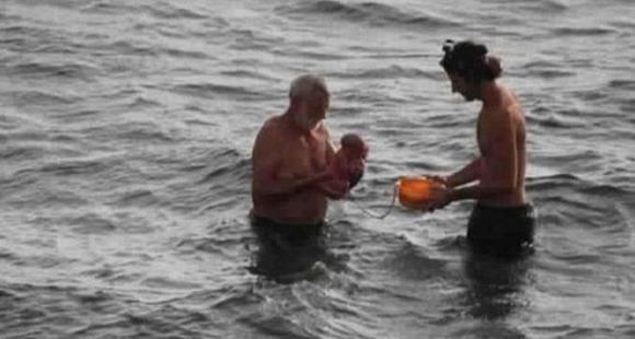 难以置信!俄罗斯游客体验水中产子