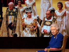 英国女王与加冕皇冠65年后首次合体再现