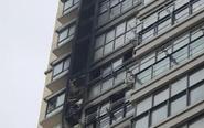 居民楼高层失火 疑因放烟花导致