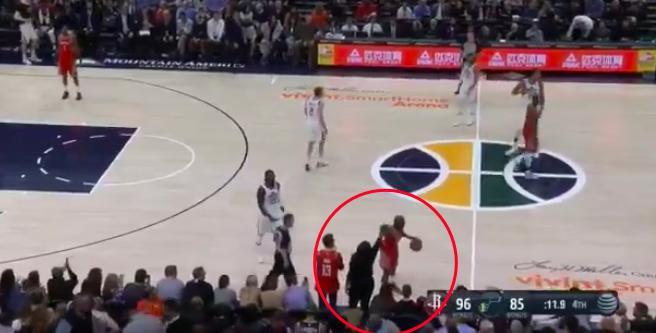 【影片】這太糗!保羅邊運球邊跟哈登母親擊掌,被吹出界失誤!
