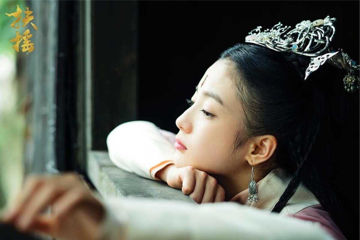 张雅钦窗畔垂眸侧颜沉静