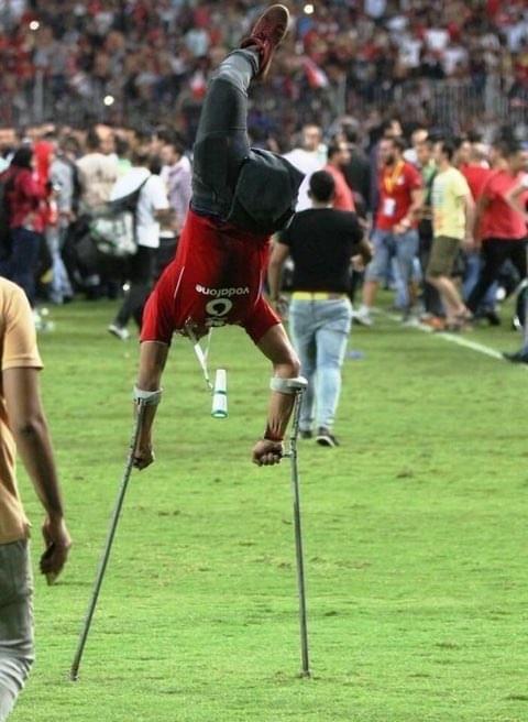 埃及杀回世界杯球迷狂嗨:残疾球迷起身庆祝+倒立