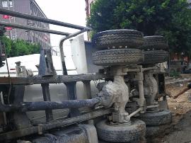 """这辆水泥车正在施工作业 突然""""中暑""""倒下了"""